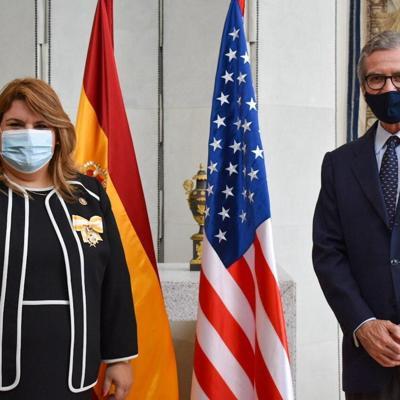 Embajador de España condecora a la comisionada residente