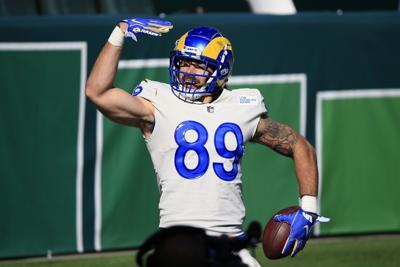 Higbee anota tres touchdowns por los Rams