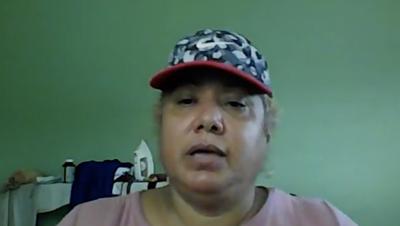 Una mujer atrincherada y sospechosa de agresión transmitió en vivo su negociación con la Policía