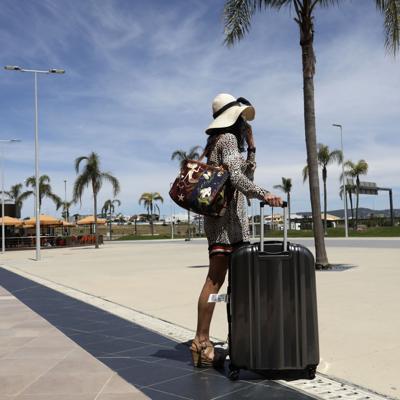 Regresan turistas británicos a las playas de Portugal