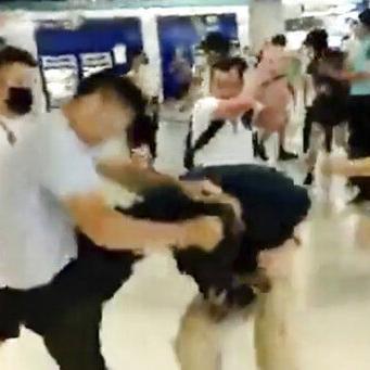Hong Kong: 6 detenidos por ataque a manifestantes