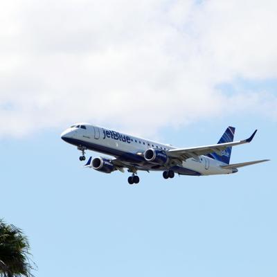 Arrestan hombre que decía ser piloto para viajar cómodo