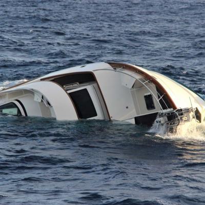 Rescatan a cuatro tras hundirse embarcación al noroeste de Aguadilla
