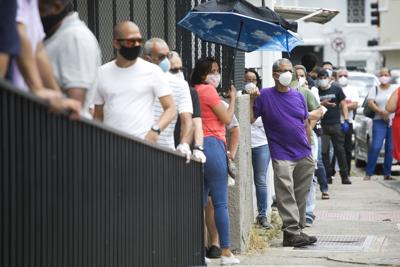 Cientos acuden a entregar documentos al Departamento del Trabajo