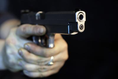 Resultado de imagen para Un agente de seguridad mata de dos disparos a una mujer