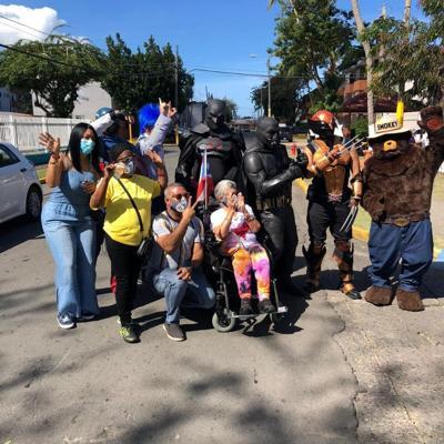 Policía lleva alegría y orientación a residentes de Lloréns Torres