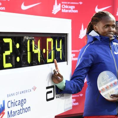 Keniana impone récord mundial en Maratón de Chicago