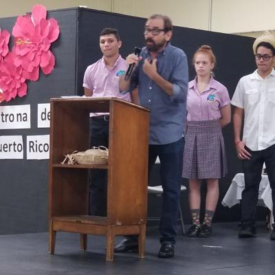 Estudiantes destacan trayectoria de René Monclova en la Semana Puertorriqueña