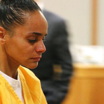 Sentencian a 60 años de cárcel a mujer que quemó a su novio