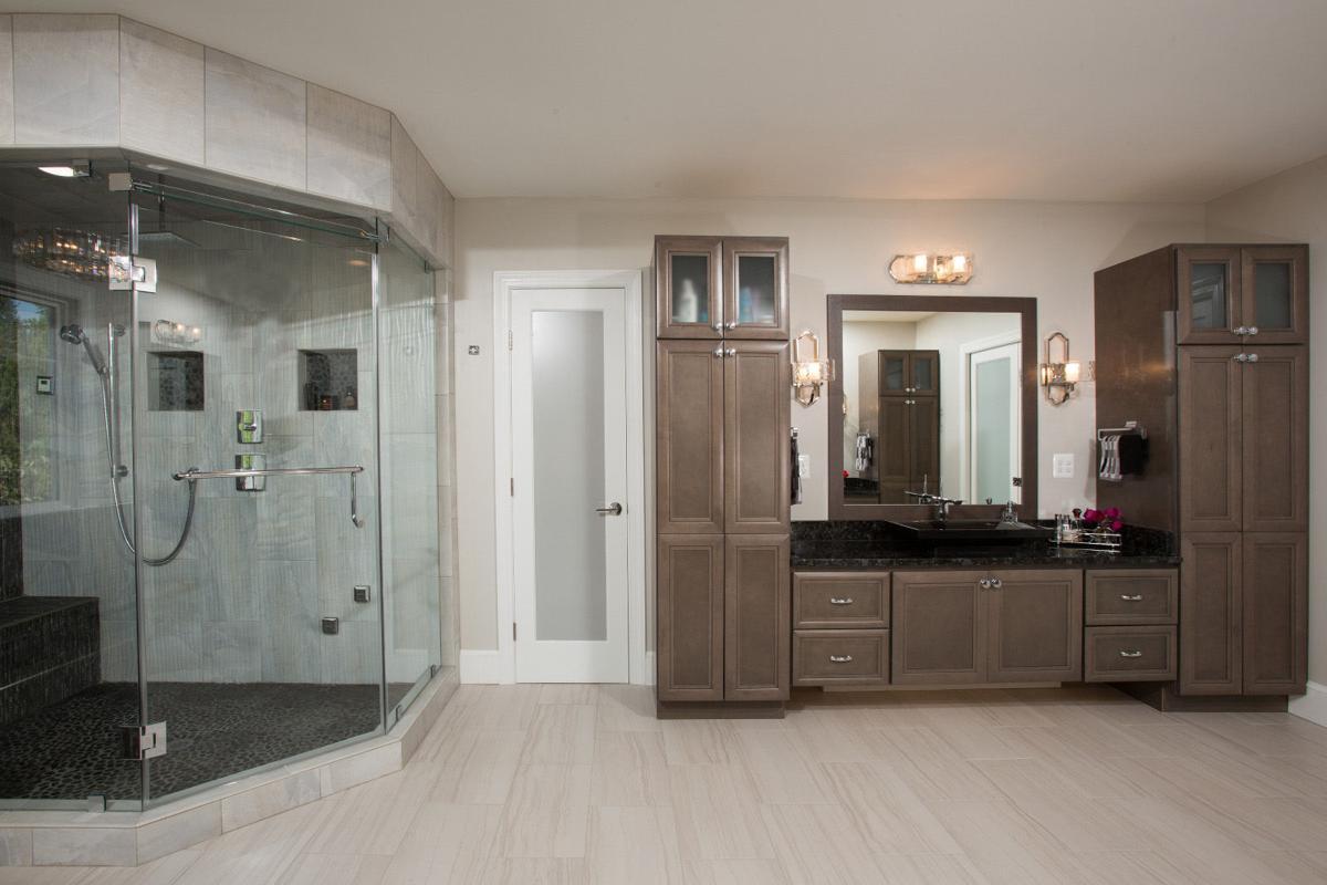 2 Shower, Sauna, Vanity