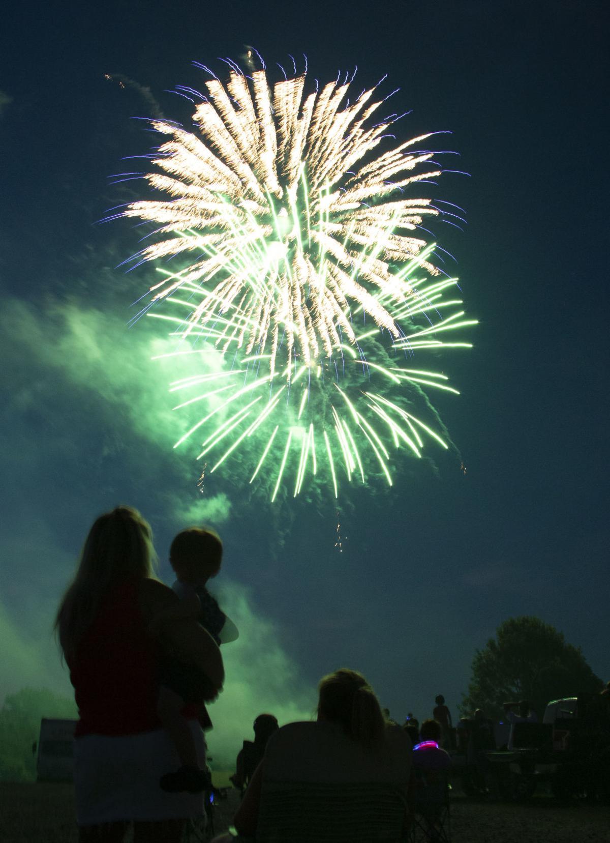 _0photo_ft_news_fireworks 13_70820.jpg