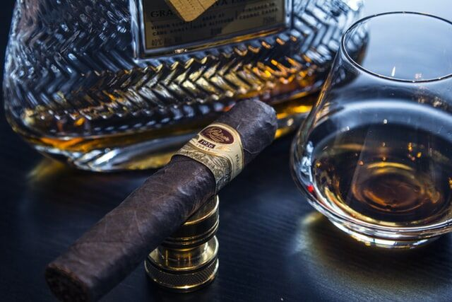 6 Amazing Gift Ideas For People Who Love Smoking Cigars