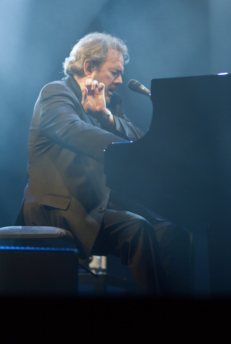 Jimmy Webb performs on the piano