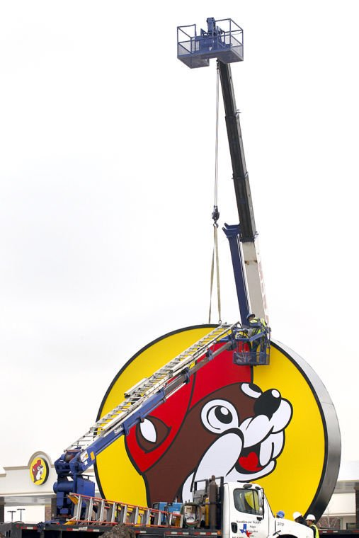 Buc-ee's sign goes up