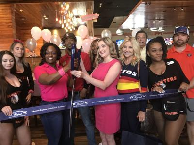 Hooters holds ribbon-cutting ceremony