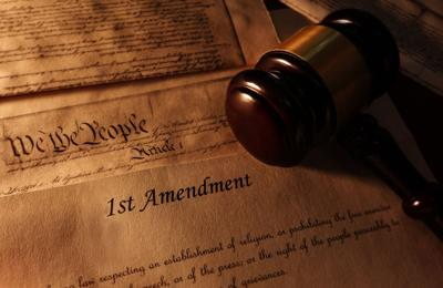 Illo -- First Amendment text and gavel