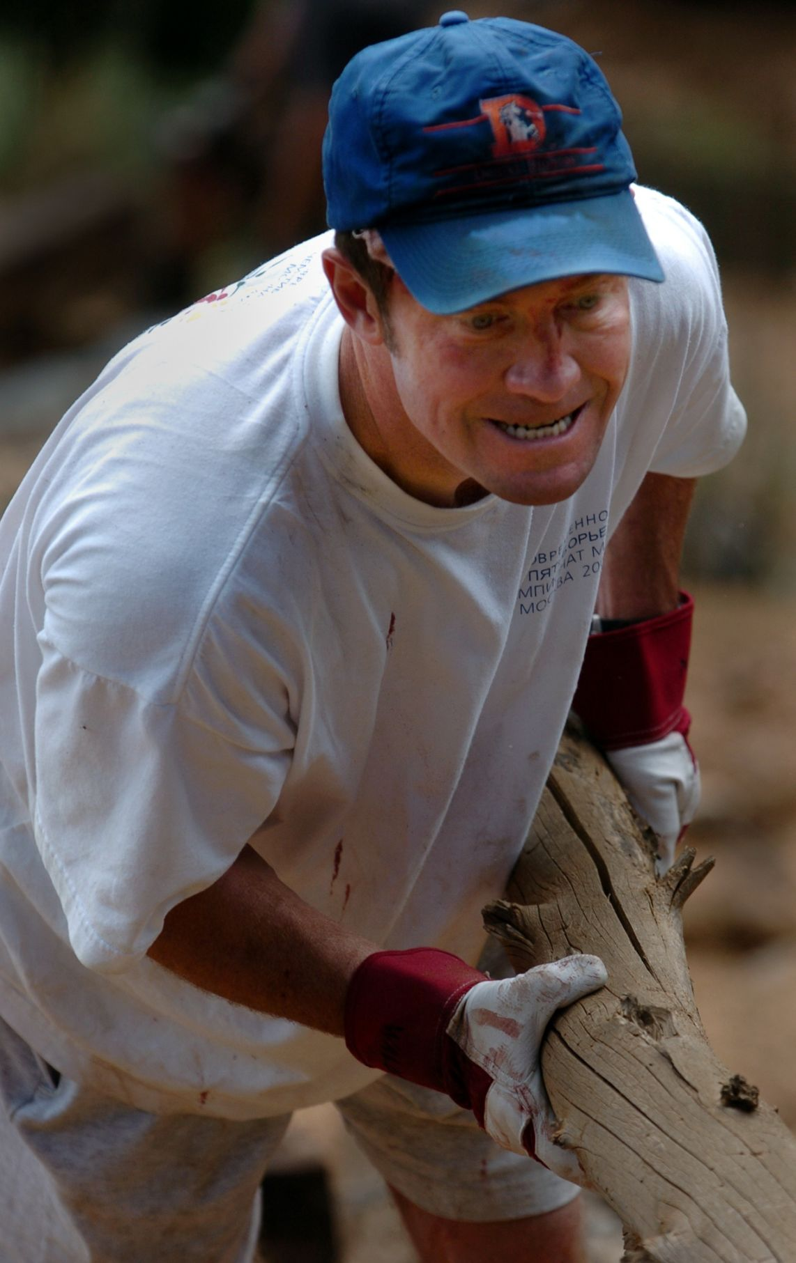 Colorado Springs surgeon Dave Walden helps build a retaining wall next to the incline trail in Manitou Springs, Colo., Saturday, Sept. 10, 2005. Walden is one of the volunteers who try to keep the steep trail up Mount Manitou safe for hikers and runners. Photo by Christian Murdock/The Gazette