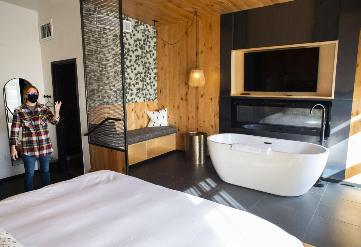 031021-biz-hotel 4.jpg king suite G(copy)