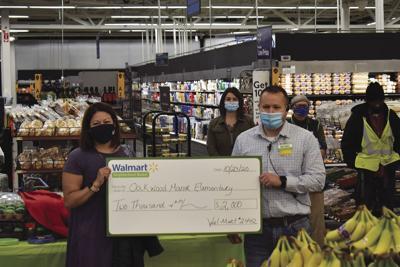 Oakwood Manor Elementary teacher receives Walmart grant