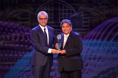 Tino San Gil accepts award