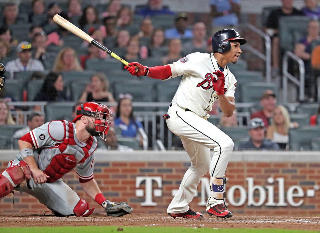 Braves extend C Suzuki another year