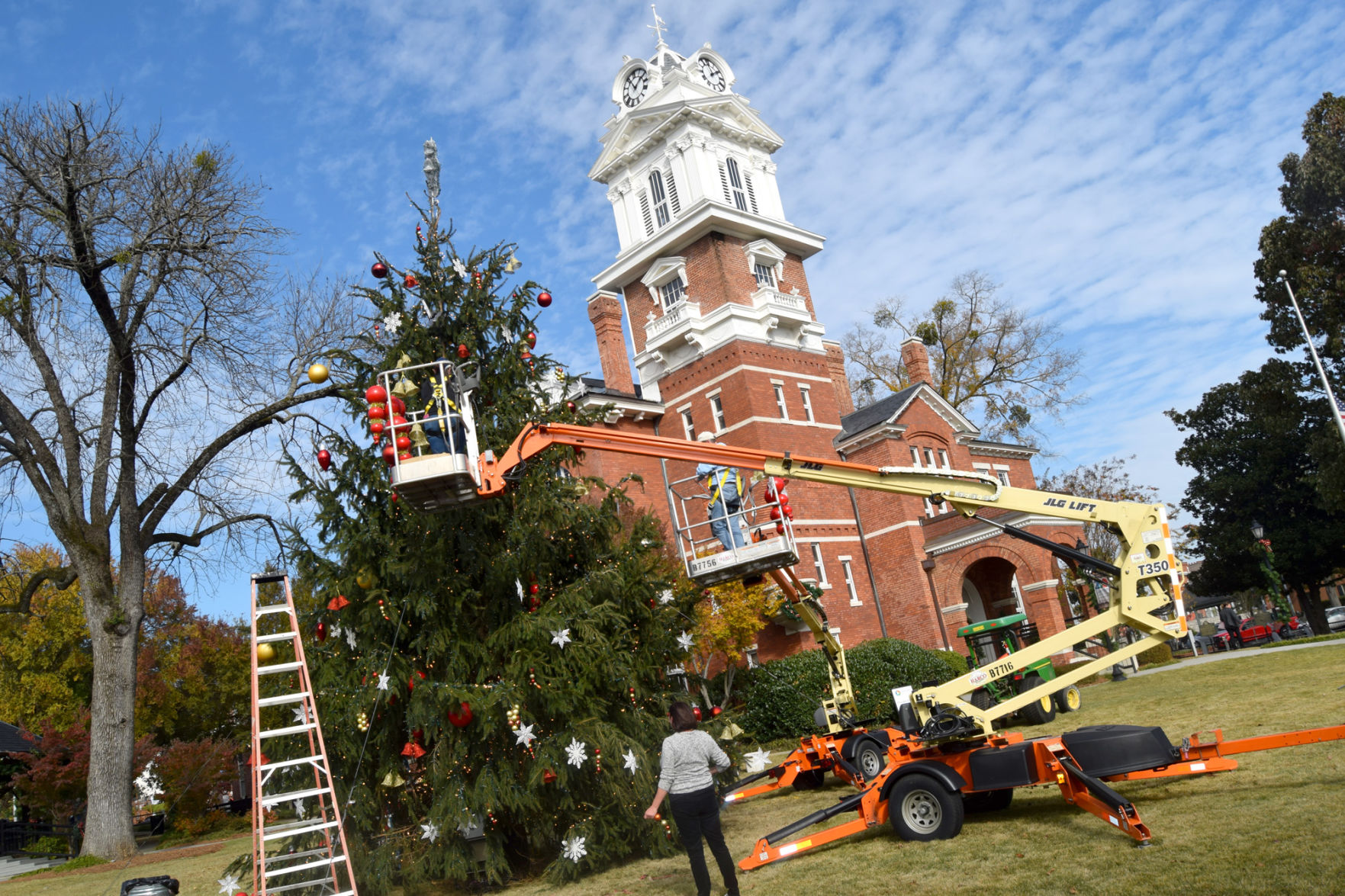 county volunteers working to get historic courthouse decorated for rh gwinnettdailypost com