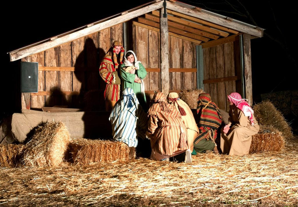 Lanier Islands live nativity shares Christmas story, delivers ...