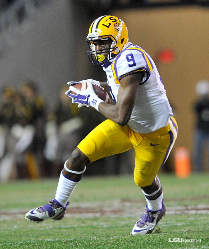 Neville alumnus and LSU wide receiver John Diarse (#9) makes a key reception for a LSU first down