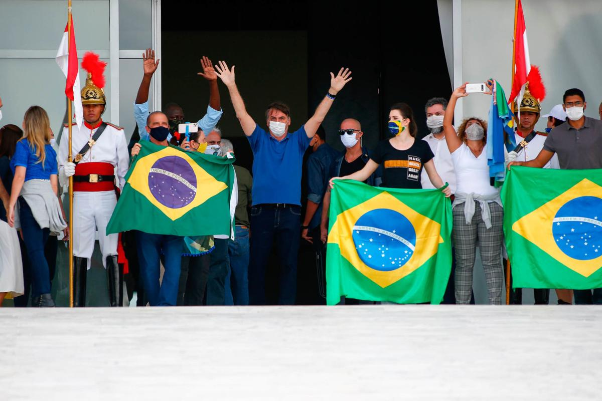 As hospitals in Brazil teeter on the brink of collapse, Bolsonaro does pushups with supporters