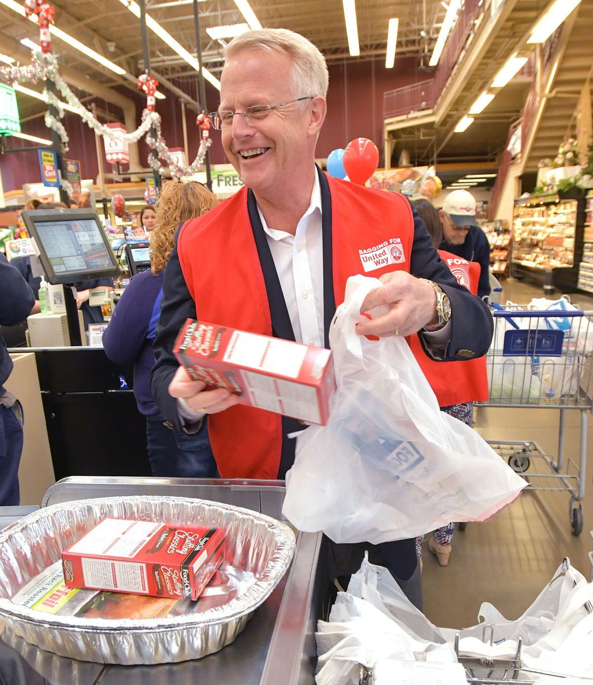 Celebrities Help Bag Groceries For Thanksgiving Fundraiser