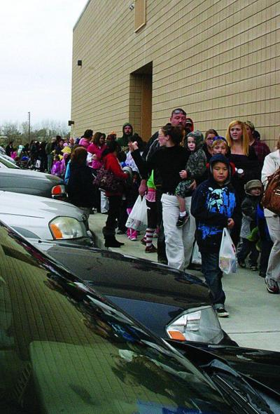 Cold doesn't stop patrons of free movie, food drive