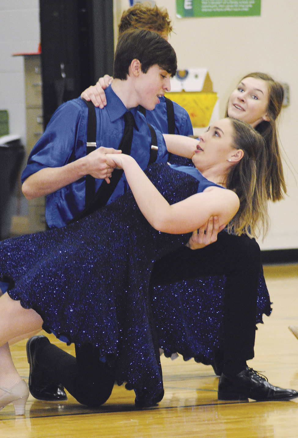 Show Choir performs for elementary school