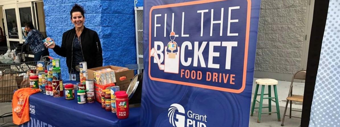 Los empleados de PUD hacen su  segunda campaña anual de alimentos de Fill the Bucket esta semana