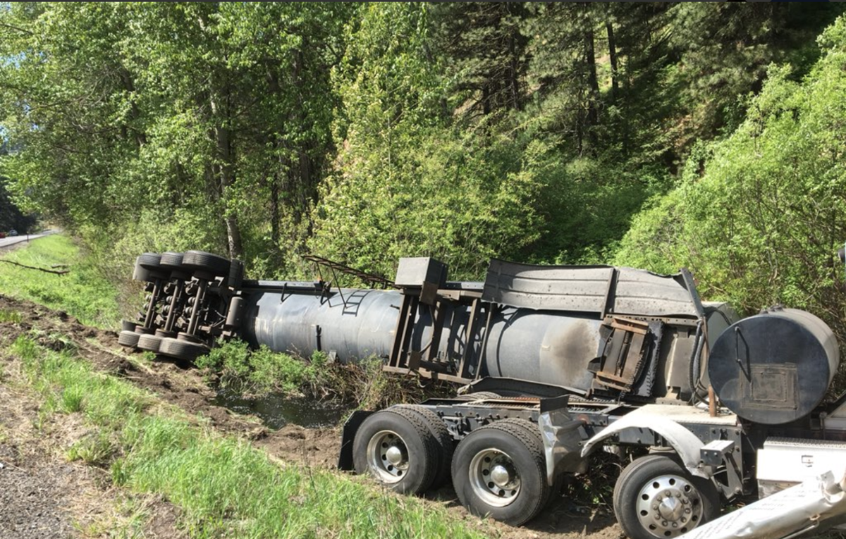 semi crash sends 10000 gallons of liquid asphalt all over roadway