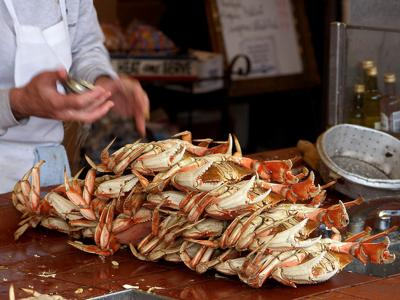 Dungeness crab ready to eat at Fisherman's Wharf, San Francisco (Public domain photo via Wikipedia)