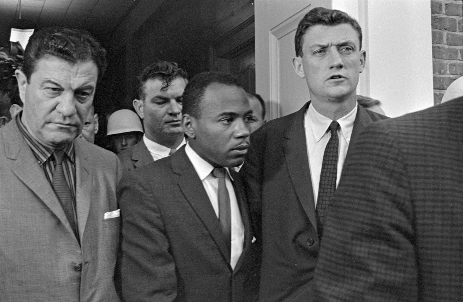 james meredith 1962 with federal officials  Britannica encylopedia.jpg