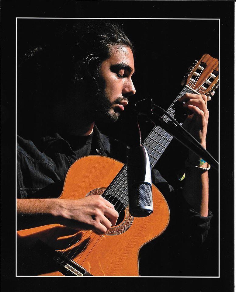Alex Gonalez performing