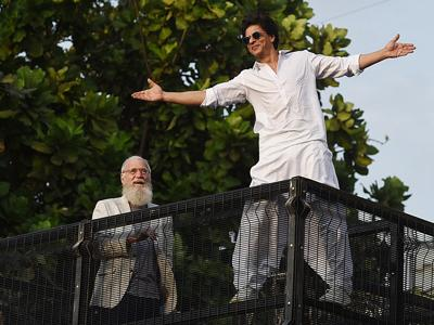 David Letterman joins Shah Rukh Khan to greet fans outside his house in Mumbai