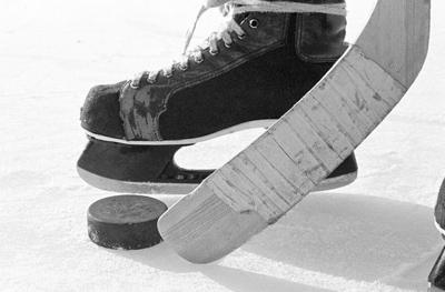 hockey skate puck stick 02