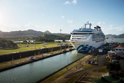 Island_Princess_in_Panama_Canal.jpg