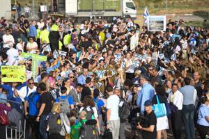 Aliyah crowd