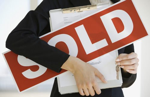 Buying or selling a home during the holidays has its advantages