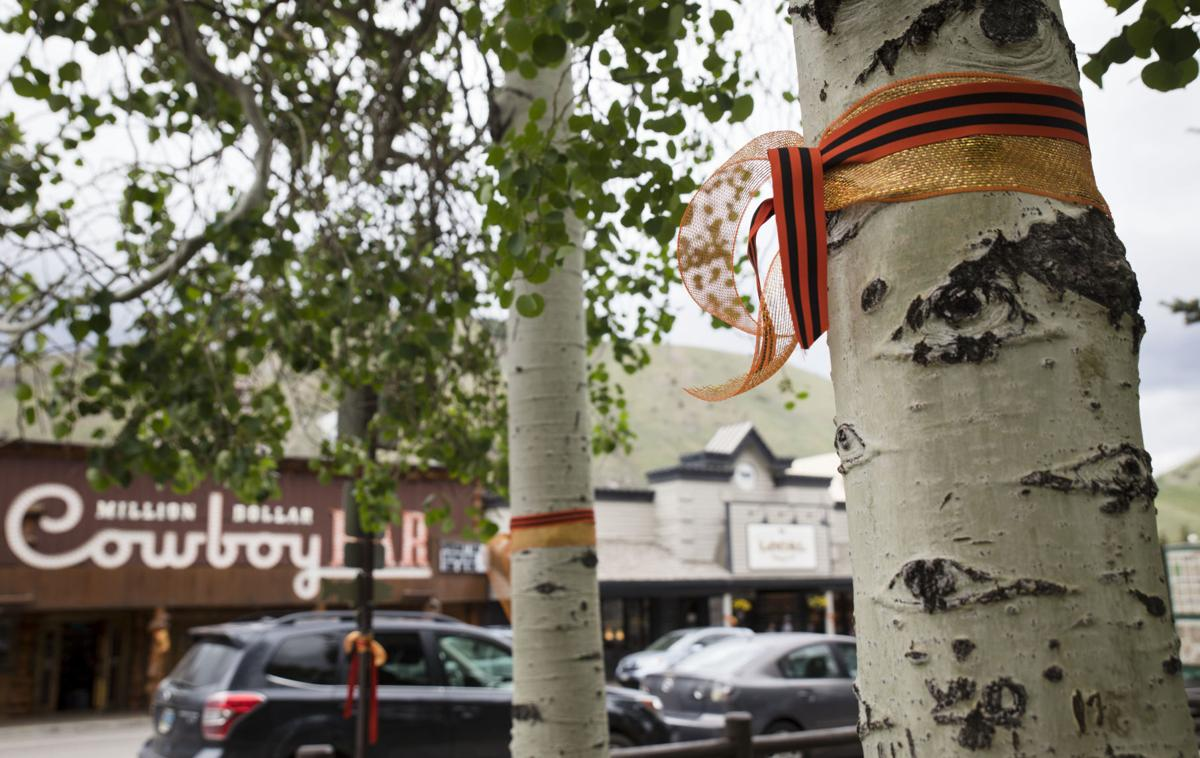 Ribbons decorate downtown for JHHS seniors