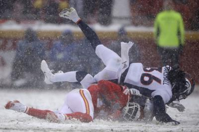 Chiefs Roll To 23 3 Victory Over Broncos At Snowy Arrowhead