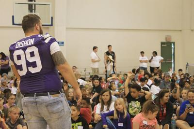 K-State lineman teaches USD 475 students about eating healthy