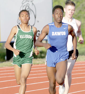 Consol's Bohne upsets Bulldawgs' Graham in 3,200; Cove leads after Day 1