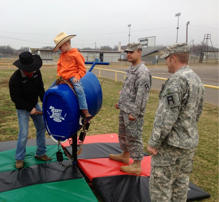 479th FA soldiers work with Gatesville primary students