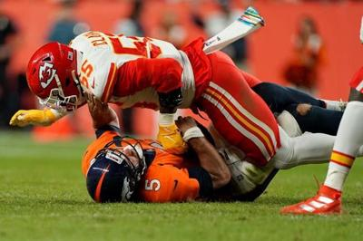 Patrick Mahomes hurts knee in Chiefs' win over Broncos