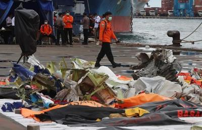 Indonesian searchers hunt for crashed plane's voice recorder