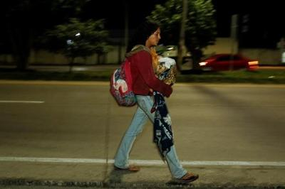 Honduran migrants trek north toward Guatemalan border